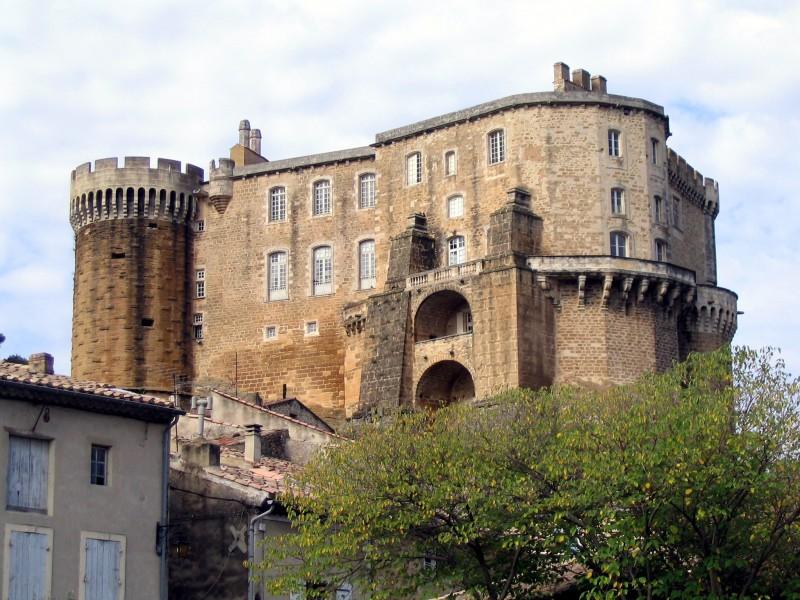 Château de Suze la Rousse bnb chambres dhotes hotels